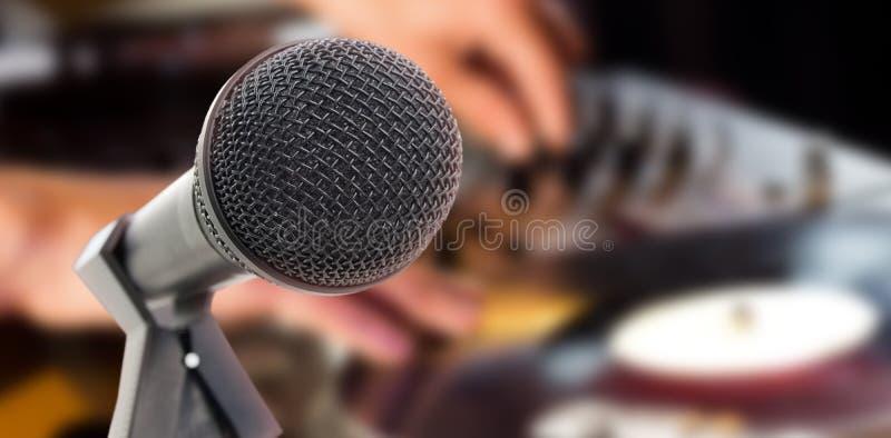 Σύνθετη εικόνα του μικροφώνου με τη στάση στοκ φωτογραφία με δικαίωμα ελεύθερης χρήσης