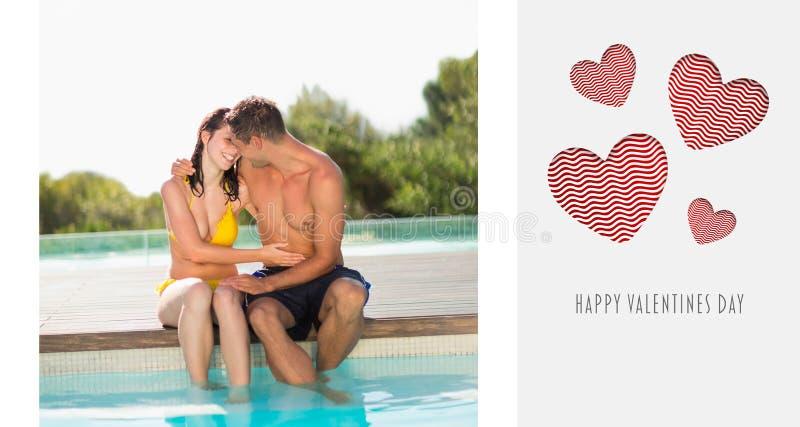 Σύνθετη εικόνα του πανέμορφου poolside συνεδρίασης ζευγών στις διακοπές ελεύθερη απεικόνιση δικαιώματος