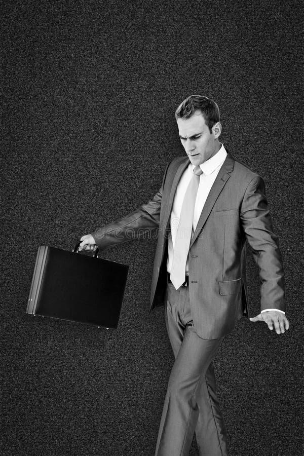 Σύνθετη εικόνα του περπατήματος επιχειρηματιών με το χαρτοφύλακά του στοκ φωτογραφία