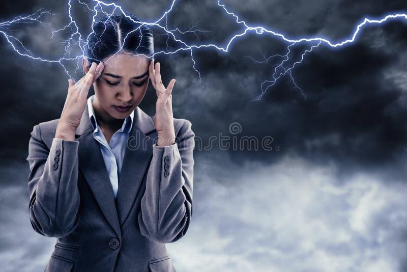 Σύνθετη εικόνα του πορτρέτου μιας όμορφης επιχειρηματία που έχει έναν πονοκέφαλο στοκ εικόνες