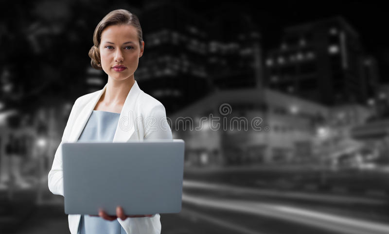 Σύνθετη εικόνα του πορτρέτου της επιχειρηματία που χρησιμοποιεί το lap-top στοκ φωτογραφίες