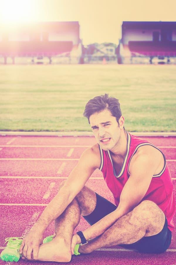 Σύνθετη εικόνα του πορτρέτου του αρσενικού αθλητή με τον πόνο ποδιών στο άσπρο υπόβαθρο στοκ εικόνες με δικαίωμα ελεύθερης χρήσης