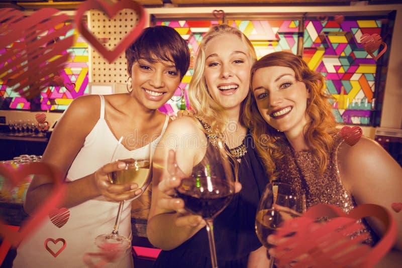 Σύνθετη εικόνα του πορτρέτου του χαμογελώντας φίλου που έχει το κρασί στοκ εικόνα με δικαίωμα ελεύθερης χρήσης