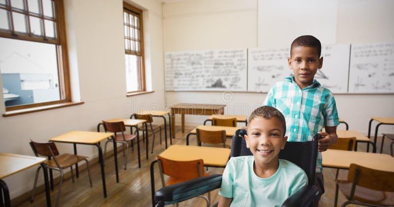 Σύνθετη εικόνα του πορτρέτου του ωθώντας φίλου αγοριών στην αναπηρική καρέκλα στοκ εικόνες