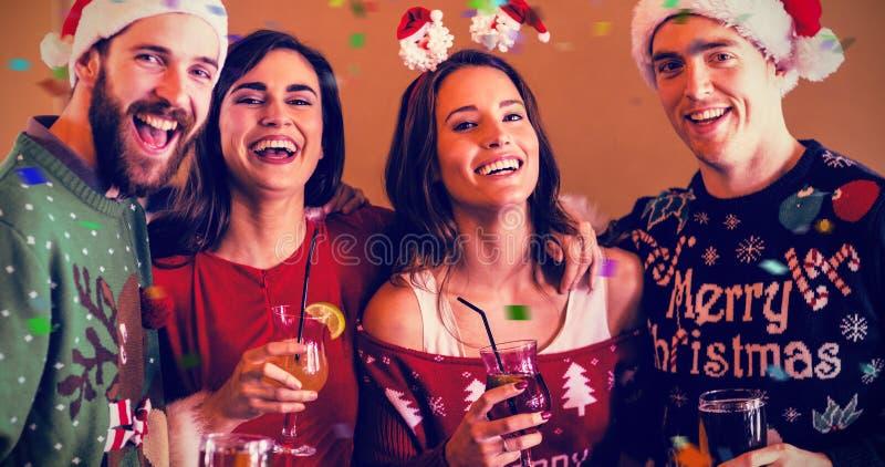 Σύνθετη εικόνα του πορτρέτου των εορταστικών φίλων στο φραγμό στοκ εικόνα με δικαίωμα ελεύθερης χρήσης