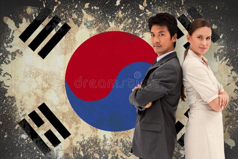 Σύνθετη εικόνα του πορτρέτου των επιχειρηματιών που στέκονται πλάτη με πλάτη στοκ φωτογραφία με δικαίωμα ελεύθερης χρήσης