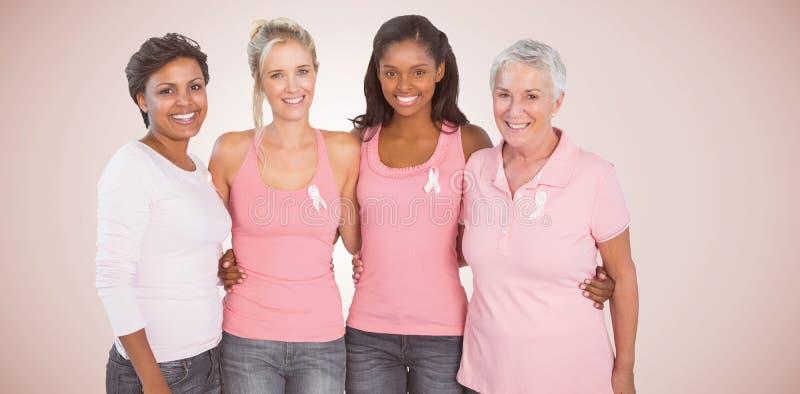 Σύνθετη εικόνα του πορτρέτου των ευτυχών γυναικών που υποστηρίζουν το κοινωνικό ζήτημα καρκίνου του μαστού στοκ φωτογραφίες