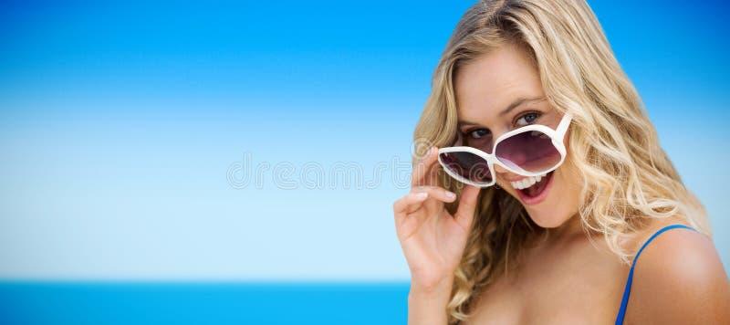 Σύνθετη εικόνα του πορτρέτου των νέων γυναικών που φορούν τα γυαλιά ηλίου στοκ εικόνα με δικαίωμα ελεύθερης χρήσης