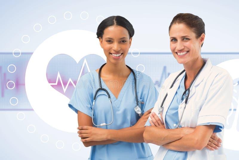 Σύνθετη εικόνα του πορτρέτου των χαμογελώντας θηλυκών γιατρών που στέκονται τα όπλα που διασχίζονται στοκ εικόνα με δικαίωμα ελεύθερης χρήσης