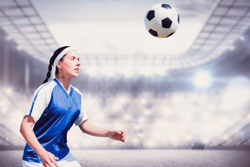 Σύνθετη εικόνα του ποδοσφαιριστή γυναικών που περιμένει τη σφαίρα στοκ εικόνες με δικαίωμα ελεύθερης χρήσης