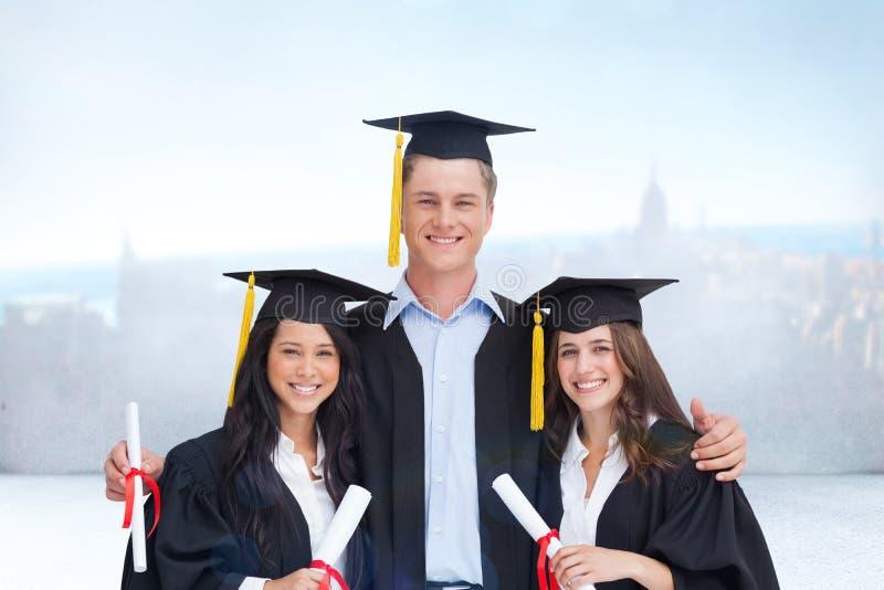 Σύνθετη εικόνα του πτυχιούχου τριών φίλων από το κολλέγιο από κοινού στοκ εικόνες