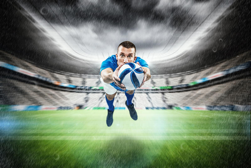 Σύνθετη εικόνα του πλήρους μήκους πορτρέτου της κατάδυσης φορέων αμερικανικού ποδοσφαίρου στοκ εικόνα