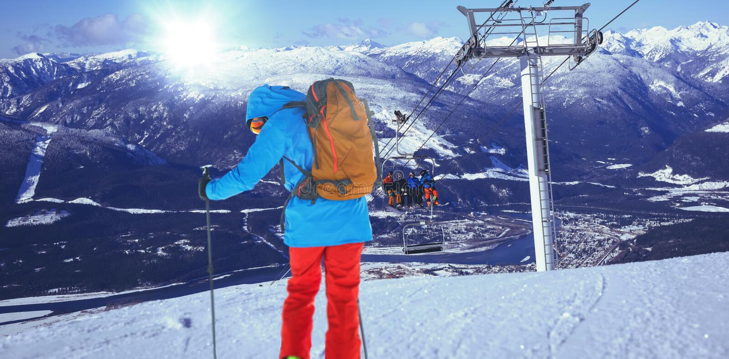 Σύνθετη εικόνα του πλήρους μήκους του σκιέρ που κάνει σκι στο χιόνι στοκ φωτογραφίες με δικαίωμα ελεύθερης χρήσης