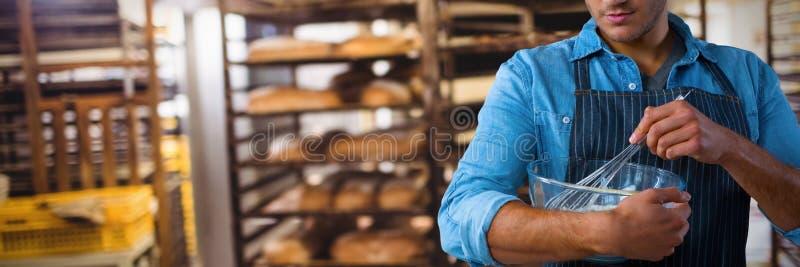 Σύνθετη εικόνα του σερβιτόρου που προετοιμάζει τα τρόφιμα στοκ φωτογραφία με δικαίωμα ελεύθερης χρήσης