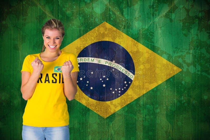 Σύνθετη εικόνα του συγκινημένου οπαδού ποδοσφαίρου στην μπλούζα της Βραζιλίας στοκ εικόνες