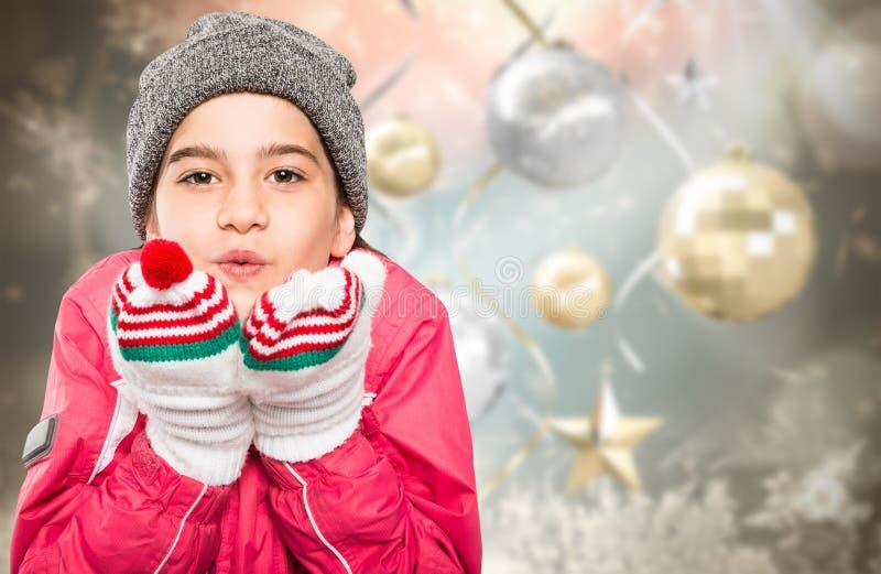 Σύνθετη εικόνα του τυλιγμένου επάνω φυσήγματος μικρών κοριτσιών πέρα από τα χέρια στοκ εικόνες