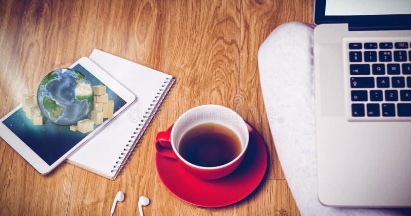 Σύνθετη εικόνα του υπερυψωμένου πυροβολισμού του lap-top, της ταμπλέτας, του καφέ και των ακουστικών στοκ εικόνα