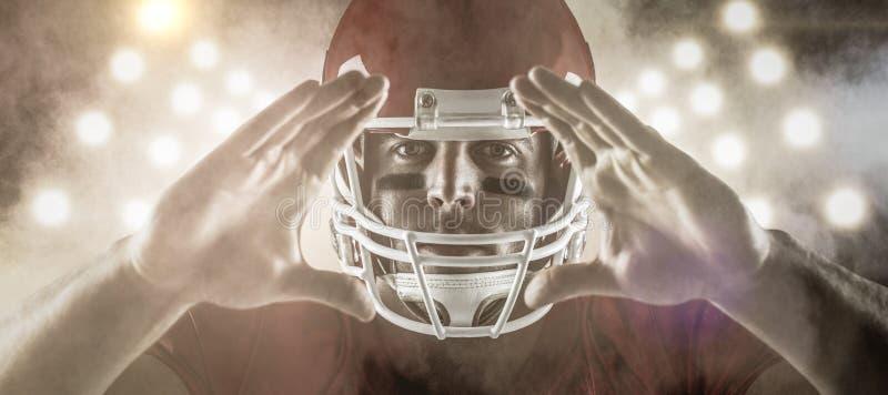 Σύνθετη εικόνα του φορέα αμερικανικού ποδοσφαίρου που κάνει τη χειρονομία χεριών στοκ εικόνες με δικαίωμα ελεύθερης χρήσης
