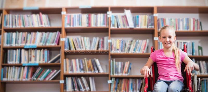Σύνθετη εικόνα του χαριτωμένου εκτός λειτουργίας χαμόγελου μαθητών στη κάμερα στην αίθουσα στοκ εικόνες
