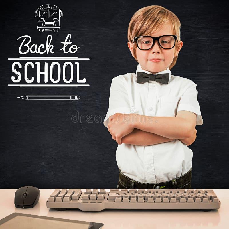 Σύνθετη εικόνα του χαριτωμένου μαθητή που εξετάζει τη κάμερα στοκ φωτογραφία