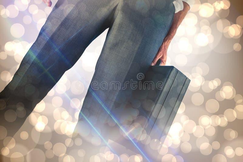 Σύνθετη εικόνα του χαρτοφύλακα εκμετάλλευσης επιχειρηματιών στοκ φωτογραφία με δικαίωμα ελεύθερης χρήσης