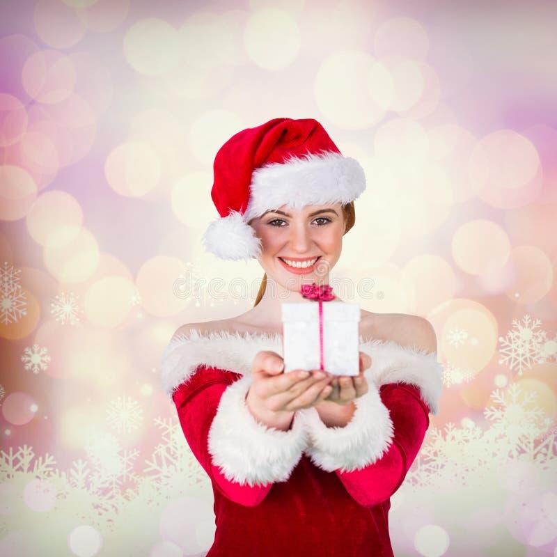 Σύνθετη εικόνα του όμορφου κοριτσιού στο κιβώτιο δώρων εκμετάλλευσης κοστουμιών santa στοκ εικόνες με δικαίωμα ελεύθερης χρήσης