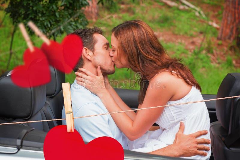 Σύνθετη εικόνα του όμορφου φιλήματος ζευγών στη πίσω θέση απεικόνιση αποθεμάτων