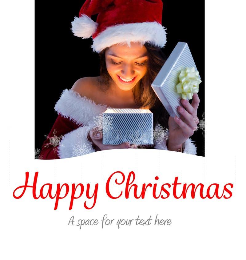 Σύνθετη εικόνα του όμορφου brunette στο δώρο ανοίγματος εξαρτήσεων santa στοκ φωτογραφία με δικαίωμα ελεύθερης χρήσης