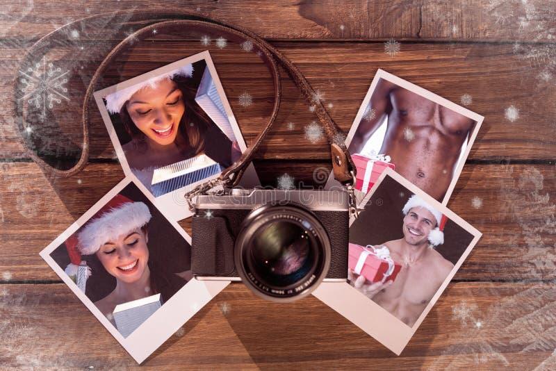 Σύνθετη εικόνα του όμορφου brunette στο δώρο ανοίγματος εξαρτήσεων santa στοκ φωτογραφία