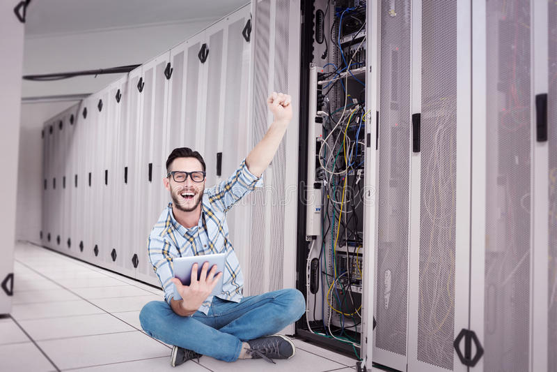 Σύνθετη εικόνα του όμορφου hipster που χρησιμοποιεί το PC ταμπλετών και ενθαρρυντικός στοκ εικόνες με δικαίωμα ελεύθερης χρήσης