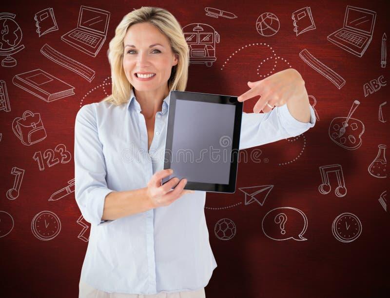 Σύνθετη εικόνα του ώριμου σπουδαστή που παρουσιάζει PC ταμπλετών στοκ φωτογραφία