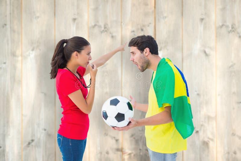 Σύνθετη εικόνα του brunette που στέλνει μακριά έναν βραζιλιάνο ανεμιστήρα στοκ φωτογραφία με δικαίωμα ελεύθερης χρήσης