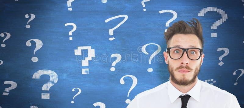 Σύνθετη εικόνα του geeky νέου επιχειρηματία που εξετάζει τη κάμερα στοκ εικόνες με δικαίωμα ελεύθερης χρήσης