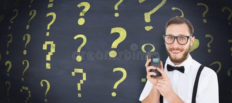 Σύνθετη εικόνα του geeky hipster που κρατά ένα αναδρομικό κινητό τηλέφωνο στοκ εικόνες