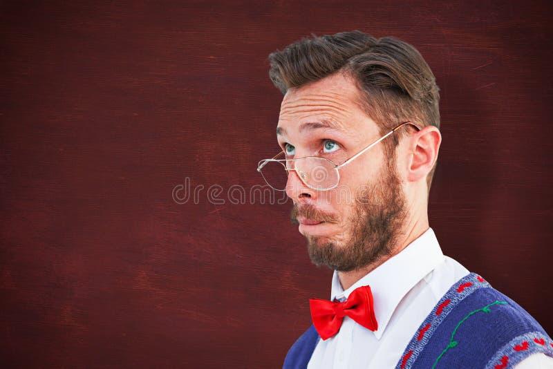 Σύνθετη εικόνα του geeky hipster που φορά τη φανέλλα Χριστουγέννων στοκ εικόνες
