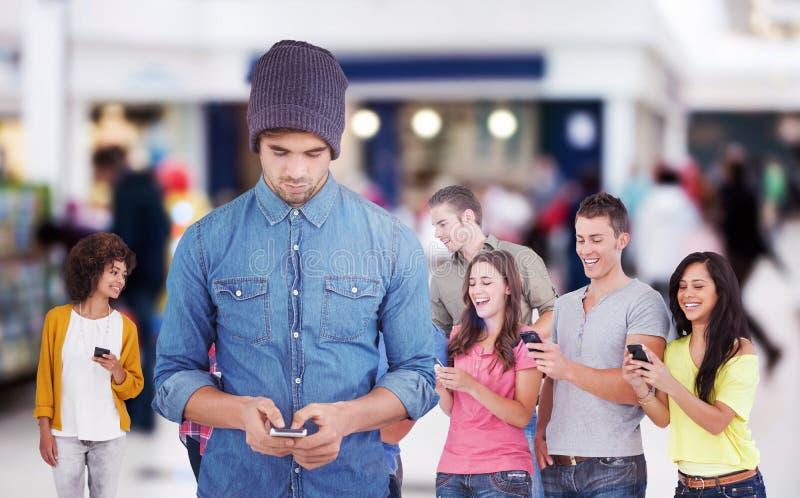 Σύνθετη εικόνα του hipster που χρησιμοποιεί το κινητό τηλέφωνο στοκ εικόνα με δικαίωμα ελεύθερης χρήσης