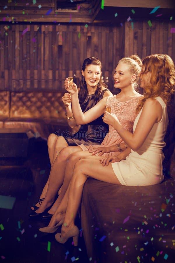 Σύνθετη εικόνα τριών θηλυκών φίλων που έχουν το tequila στο φραγμό στοκ εικόνες με δικαίωμα ελεύθερης χρήσης