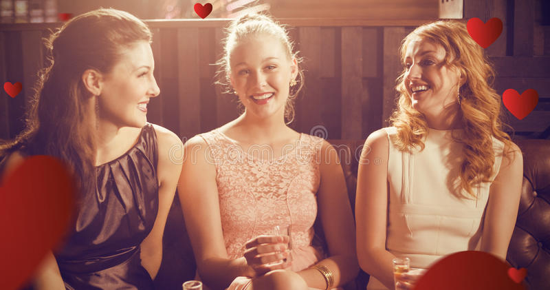 Σύνθετη εικόνα τριών θηλυκών φίλων που κρατούν το πυροβοληθε'ν γυαλί του tequila στο φραγμό στοκ εικόνες
