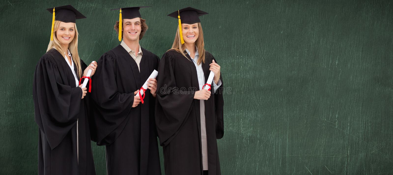 Σύνθετη εικόνα τριών χαμογελώντας σπουδαστών στη διαβαθμισμένη τήβεννο που κρατούν ένα δίπλωμα στοκ εικόνες με δικαίωμα ελεύθερης χρήσης