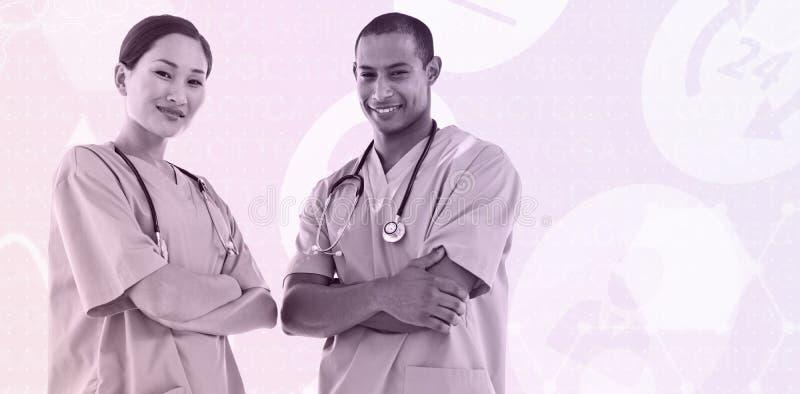Σύνθετη εικόνα των βέβαιων χειρούργων με τα όπλα που διασχίζονται στο νοσοκομείο στοκ φωτογραφία με δικαίωμα ελεύθερης χρήσης