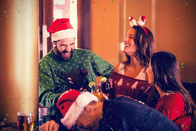 Σύνθετη εικόνα των εορταστικών φίλων που πίνουν την μπύρα και το κοκτέιλ στοκ εικόνες