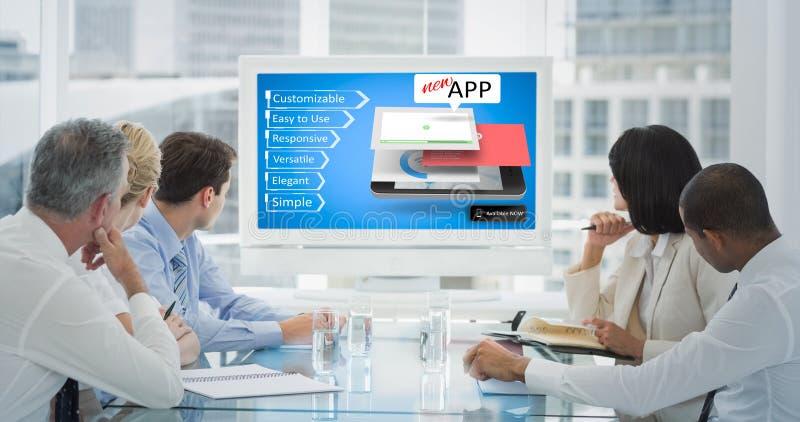 Σύνθετη εικόνα των επιχειρηματιών που εξετάζουν το κενό whiteboard στη αίθουσα συνδιαλέξεων στοκ φωτογραφία με δικαίωμα ελεύθερης χρήσης