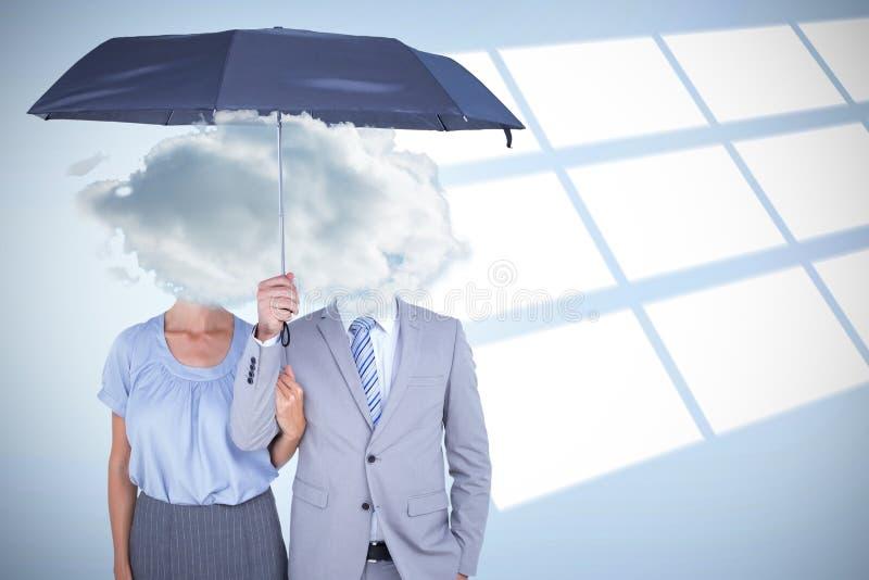Σύνθετη εικόνα των επιχειρηματιών που κρατούν μια μαύρη ομπρέλα στοκ φωτογραφία με δικαίωμα ελεύθερης χρήσης