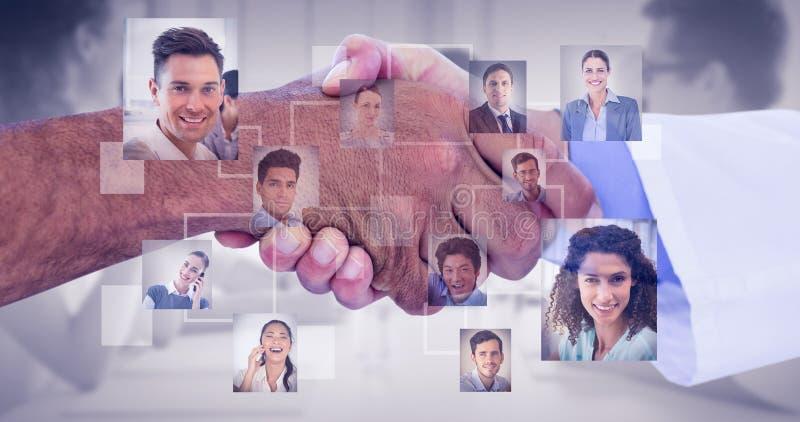Σύνθετη εικόνα των επιχειρηματιών που τινάζουν τα χέρια στο άσπρο υπόβαθρο στοκ εικόνα