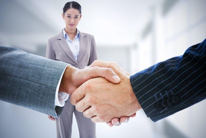 Σύνθετη εικόνα των επιχειρηματιών που τινάζουν τα χέρια στοκ φωτογραφία με δικαίωμα ελεύθερης χρήσης