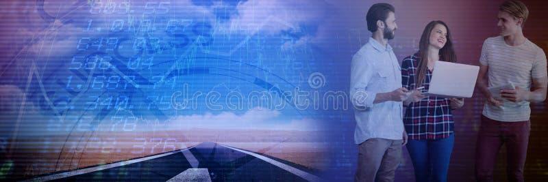 Σύνθετη εικόνα των επιχειρηματιών που χρησιμοποιούν τη ασύρματη τεχνολογία στεμένος στο άσπρο κλίμα στοκ φωτογραφία με δικαίωμα ελεύθερης χρήσης