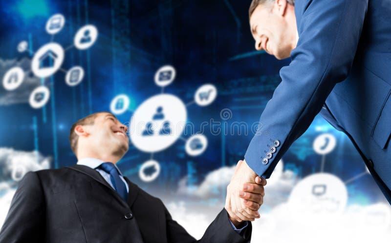 Σύνθετη εικόνα των ευτυχών επιχειρηματιών που τινάζουν τα χέρια στοκ φωτογραφίες με δικαίωμα ελεύθερης χρήσης