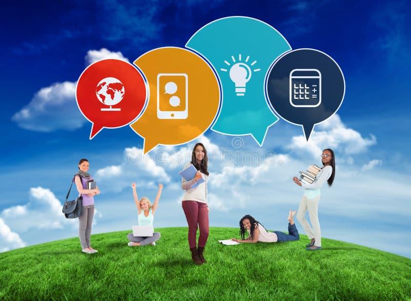 Σύνθετη εικόνα των ευτυχών σπουδαστών με τις φυσαλίδες λόγου στοκ φωτογραφία