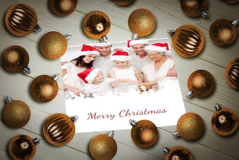 Σύνθετη εικόνα των μπιχλιμπιδιών Χριστουγέννων στον πίνακα στοκ φωτογραφία με δικαίωμα ελεύθερης χρήσης