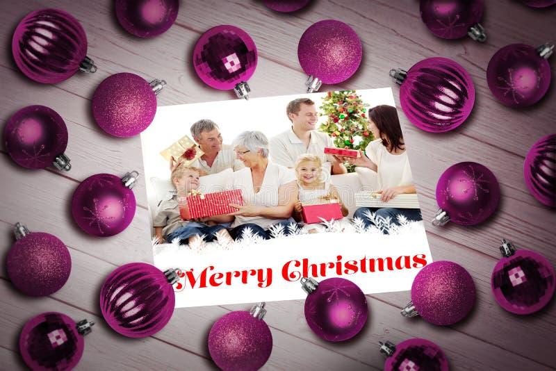 Σύνθετη εικόνα των μπιχλιμπιδιών Χριστουγέννων στον πίνακα στοκ φωτογραφίες με δικαίωμα ελεύθερης χρήσης